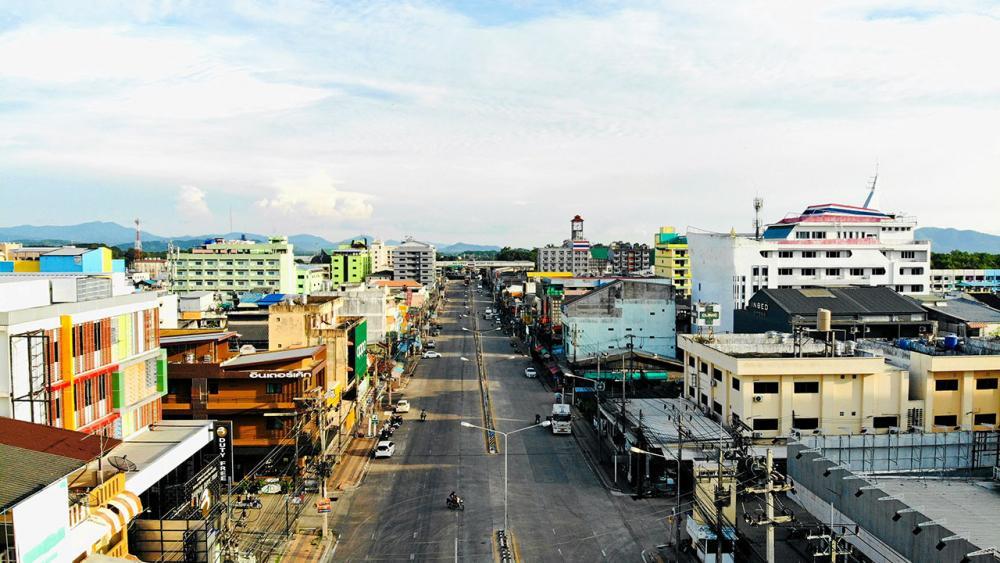 บรรยากาศตัวเมืองด่านสะเดา อ.สะเดา จ.สงขลา ที่ ททท.เตรียมผลักดัน เปิดรับนักท่องเที่ยวต่างชาติ หลังซบเซามานานจากปัญหาโรคโควิด-19 ระบาด.