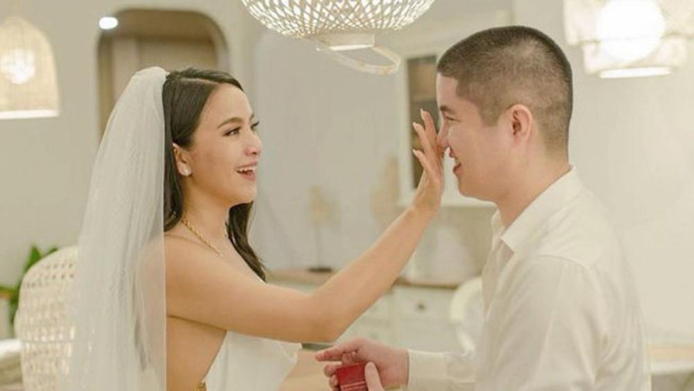 เป็นว่าที่เจ้าสาว รายต่อไป มะปราง-วิรากานต์ ถูก สารวัตรชร แฟนหนุ่มนอกวงการทำเซอร์ไพรส์คุกเข่าขอแต่งงาน พร้อมหน้าครอบครัว สุดซึ้งมีแต่น้ำตาแห่งความสุข เพื่อนๆแห่ยินดีเพียบ.