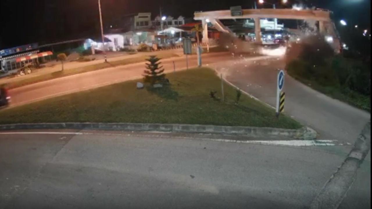 โจรใต้จุดระเบิดโจมตีรถตำรวจที่บาเจาะ ชาวบ้านโดนลูกหลงเจ็บ 1 ราย (คลิป)