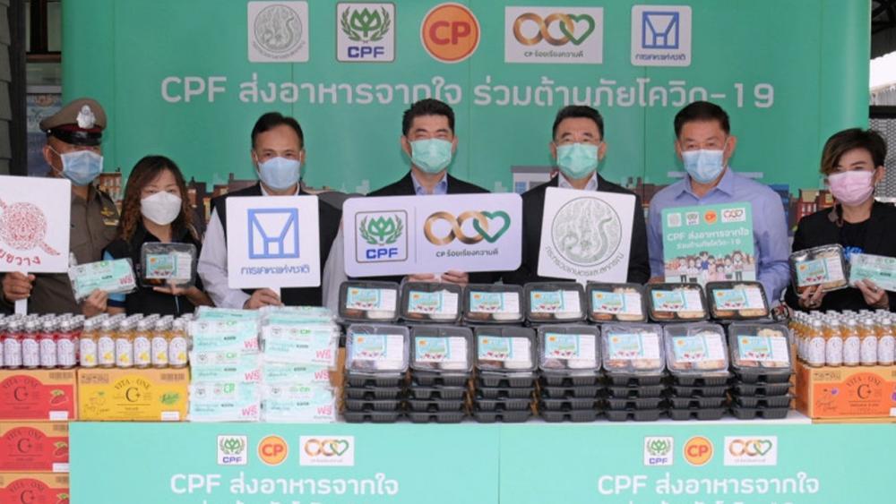 """ช่วยชุมชน ประสิทธิ์ บุญดวงประเสริฐ มอบข้าวกล่องอุ่นร้อนพร้อมรับประทาน เครื่องดื่มวิตามิน และหน้ากากอนามัยซีพี ในโครงการ """"CPF ส่งอาหารจากใจร่วมต้านภัยโควิด-19"""" โดยมี นวการ ขอนศรี ปธ.กก.สภาเคหะชุมชนห้วยขวาง เป็นผู้รับมอบ ที่ สนง.เคหะนครหลวง ห้วยขวาง วันก่อน."""