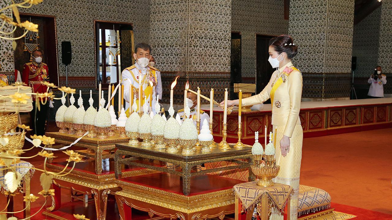 บำเพ็ญพระราชกุศล วันสวรรคตรัชกาลที่ 9 ประชาชนรับเสด็จฯ ในหลวง-ราชินี