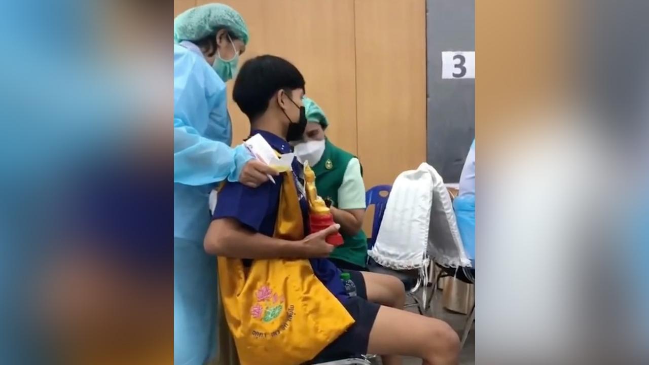 พระคุ้มครอง นักเรียนชายฉีดไฟเซอร์ อุ้มพระพุทธรูป พยาบาลเห็นยังไหว้ก่อน (คลิป)