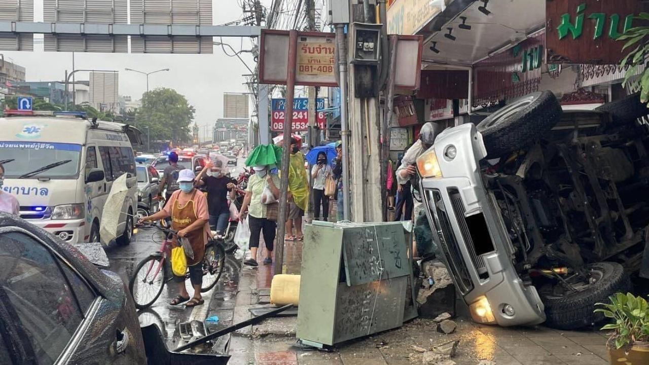 เจ้าหน้าที่เขตประเวศ ซิ่งกระบะฝ่าฝนลงสะพานซังฮี้ เสียหลักพลิกคว่ำ เจ็บ 4 ราย