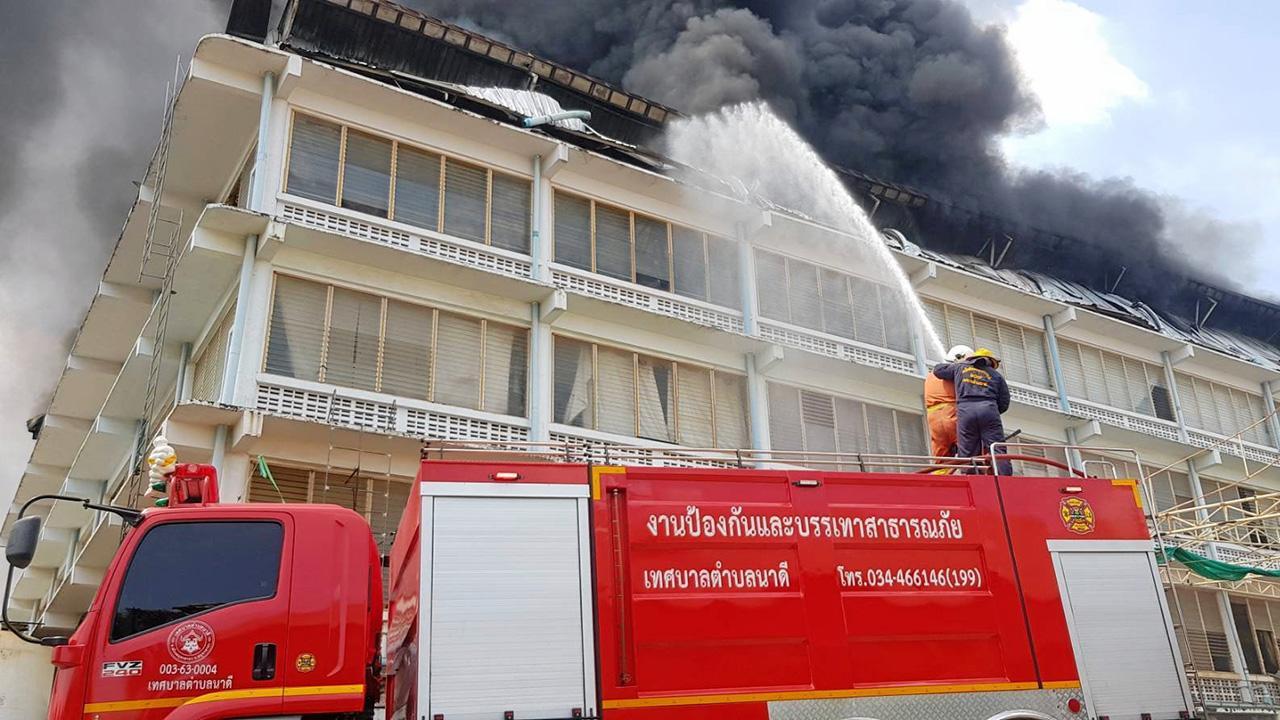 เผาโรงงานเฟอร์นิเจอร์ คนงานหนีตาย ไฟผลาญ 20 ล้าน ปิดกั้นอาคาร หวั่นพังถล่ม