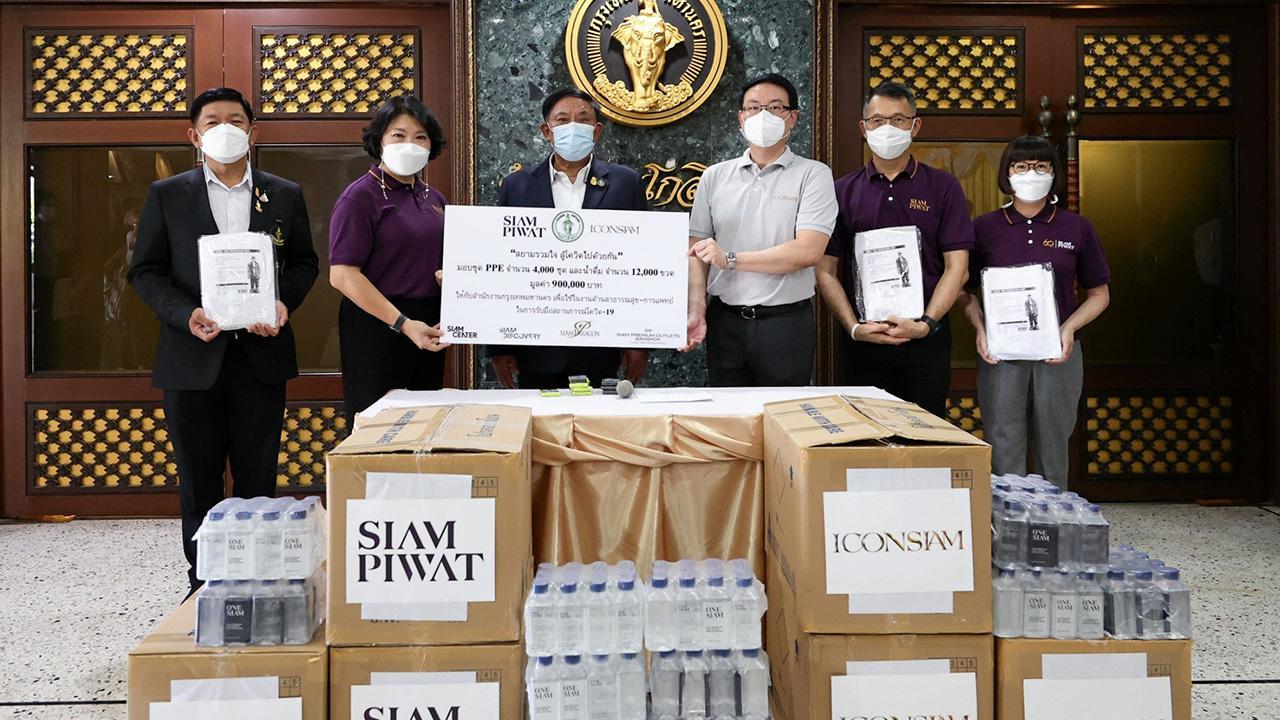 """สนับสนุน  -  พล.ต.อ.อัศวิน ขวัญเมือง ผู้ว่าราชการ กทม. รับมอบชุด PPE จำนวน 4,000 ชุด พร้อมน้ำดื่มจำนวน 12,000 ขวด จาก นราทิพย์ รัตตประดิษฐ์ และ สุพจน์ ชัยวัฒน์ศิริกุล ผู้แทนกลุ่มบริษัทสยามพิวรรธน์ ในโครงการ """"สยามรวมใจ สู้โควิดไปด้วยกัน"""" ที่ศาลาว่าการ กทม. วันก่อน."""