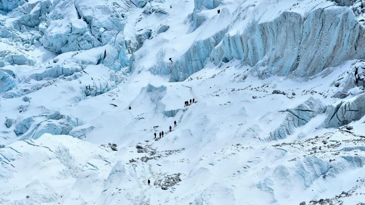 2 นักปีนเขาต่างชาติตายขณะปีนยอดเขาเอเวอเรสต์