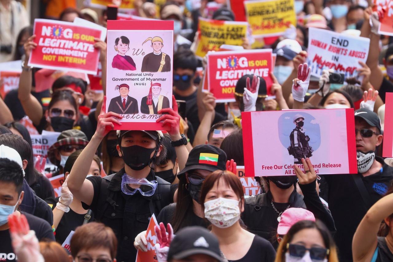ชาวเมียนมาต่อต้านกองทัพก่อรัฐประหาร และจับกุมนางออง ซาน ซูจี