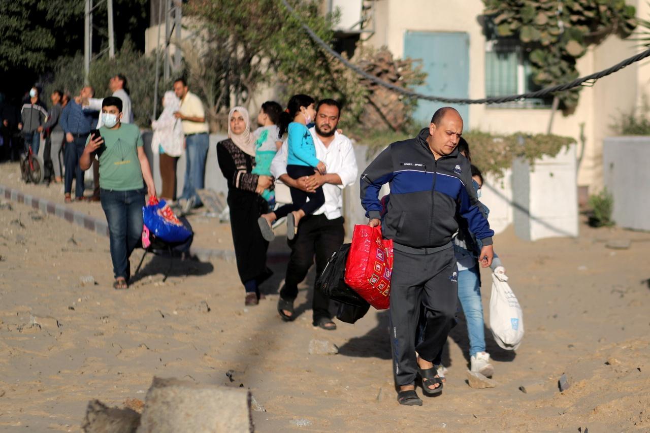 ชาวปาเลสไตน์ในเมืองกาซา ซิตี้ อพยพจากการถูกอิสราเอลโจมตีทางอากาศ