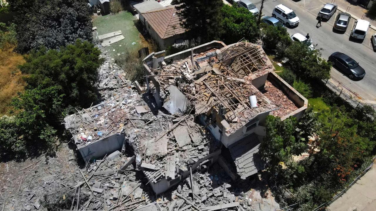 อาคารที่อยู่อาศัยในเมือง เยฮุด ของอิสราเอลถูกจรวดโจมตีพังเสียหาย