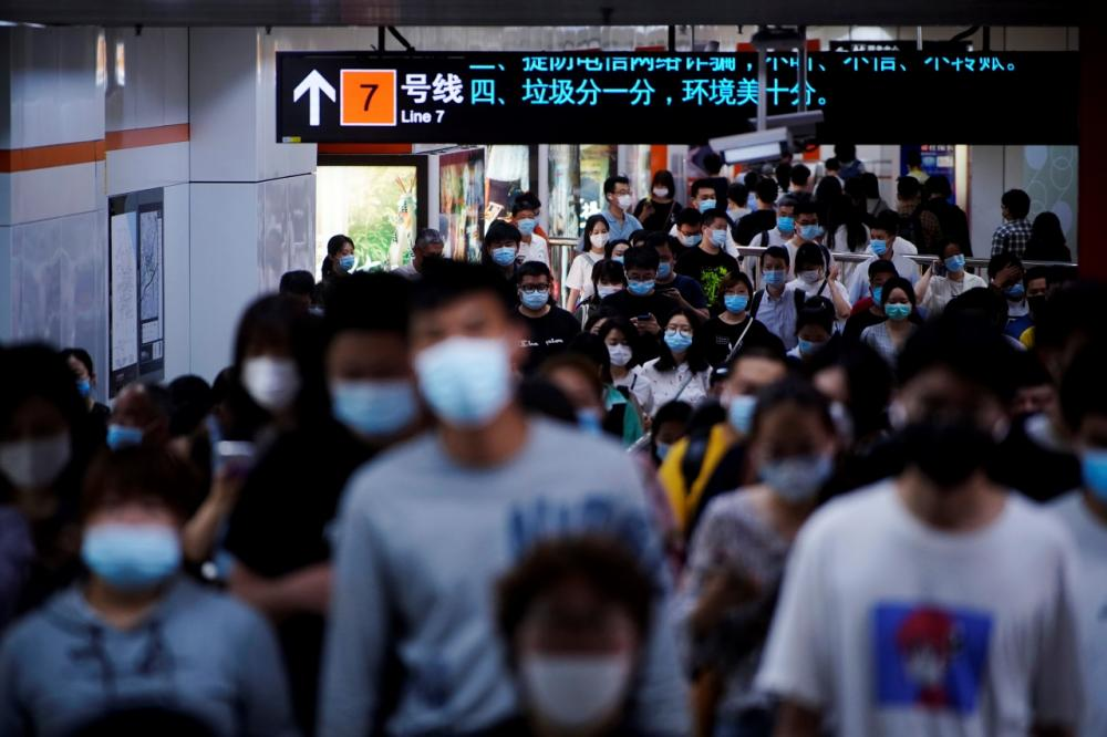 ชาวจีนเดินทางกันอย่างคับคั่งที่สถานีรถไฟใต้ดินในนครเซี่ยงไฮ้ เมื่อต้นเดือนพฤษภาคม 2564