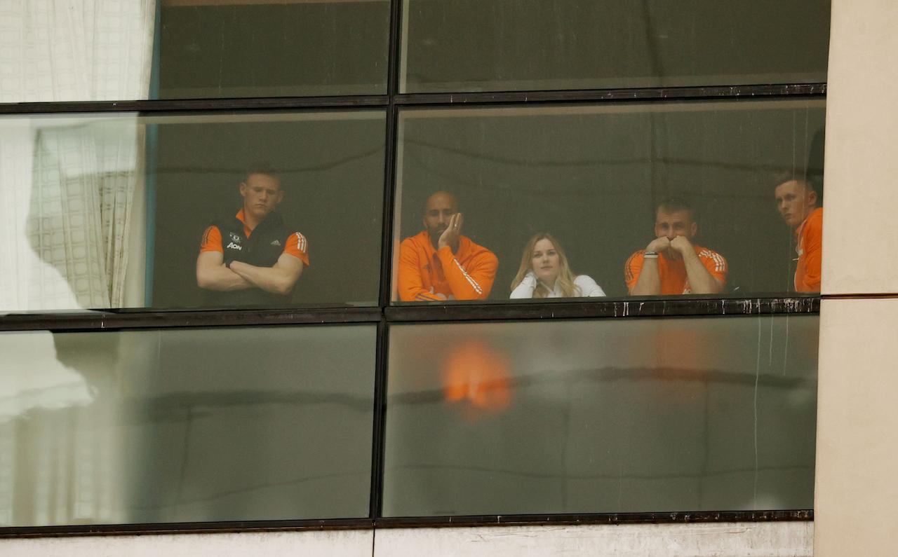 4 นักเตะแมนยูฯ สกอตต์ แม็คโทมิเนย์, ลี แกรนท์, ลุค ชอว์, ดีน เฮนเดอร์สัน ส่องดูสถานการณ์หน้าโอลด์ แทรฟฟอร์ด จากโรงแรมโลว์รี โฮเต็ล ก่อนเลื่อนเกมแดงเดือด