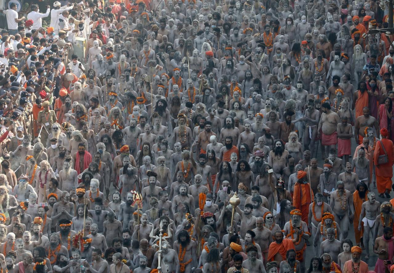 ชาวอินเดียนับถือศาสนาฮินดู มาร่วมในเทศกาลสำคัญ 'กุมภเมลา' อย่างเนืองแน่น โดยไม่หวั่นโควิด-19 กลับมาระบาด