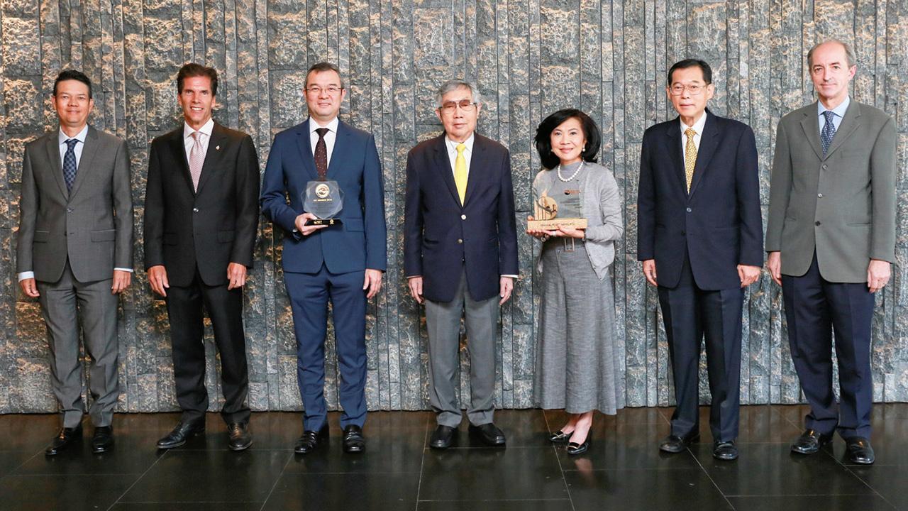 สุทธิเกียรติ จิราธิวัฒน์ แสดงความยินดีแก่ ธีระยุทธ จิราธิวัฒน์ และ สุพัตรา จิราธิวัฒน์ ได้รับรางวัล Thailand Sustainability Investment จากตลาดหลักทรัพย์แห่งประเทศไทย โดยมี ดร.รณชิต มหัทธนะพฤทธิ์ มาร่วมปลื้มด้วย ที่โรงแรมเซ็นทารา แกรนด์ เซ็นทรัลเวิลด์ วันก่อน.