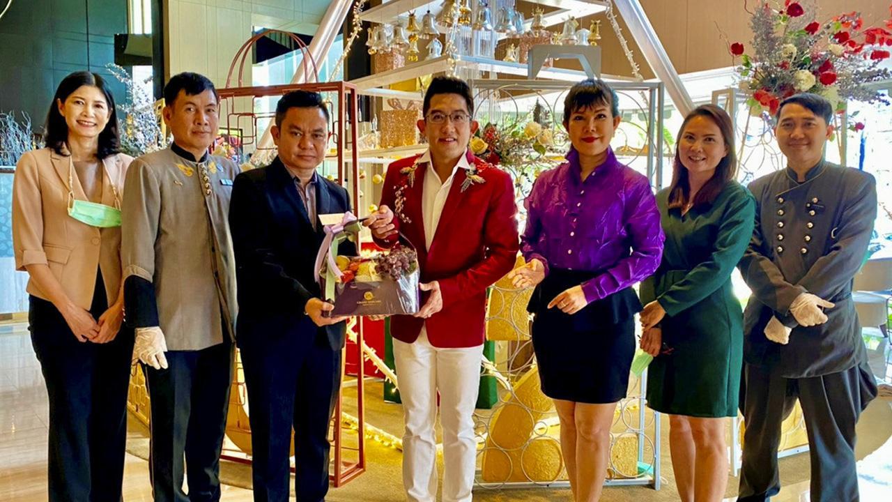 สุนทรี สุดสงวน มอบช่อดอกไม้ให้แก่ ดร.คฑา ชินบัญชร พรีเซนเตอร์เที่ยวไทยรับพลังบวก การท่องเที่ยวแห่งประเทศไทย ในโอกาสส่งเสริมกิจกรรม โดยมี พิสุทธิ์วัฒน์ ดอนเสือ, ณัฏฐนิชา อโณทัย และ ปิยะธิดา ดุริยะรักษ์ มาร่วมมอบด้วย ที่โรงแรมแกรนด์ เมอร์เคียว ฟอร์จูน วันก่อน.