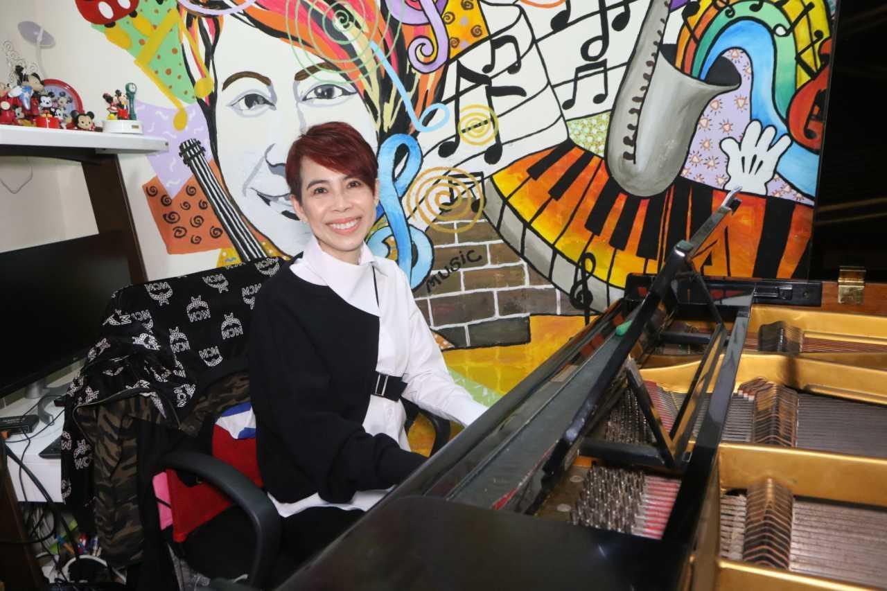 ครูก้อยกับเปียโนตัวเก่งที่ใช้วอร์มเสียงนักเรียน