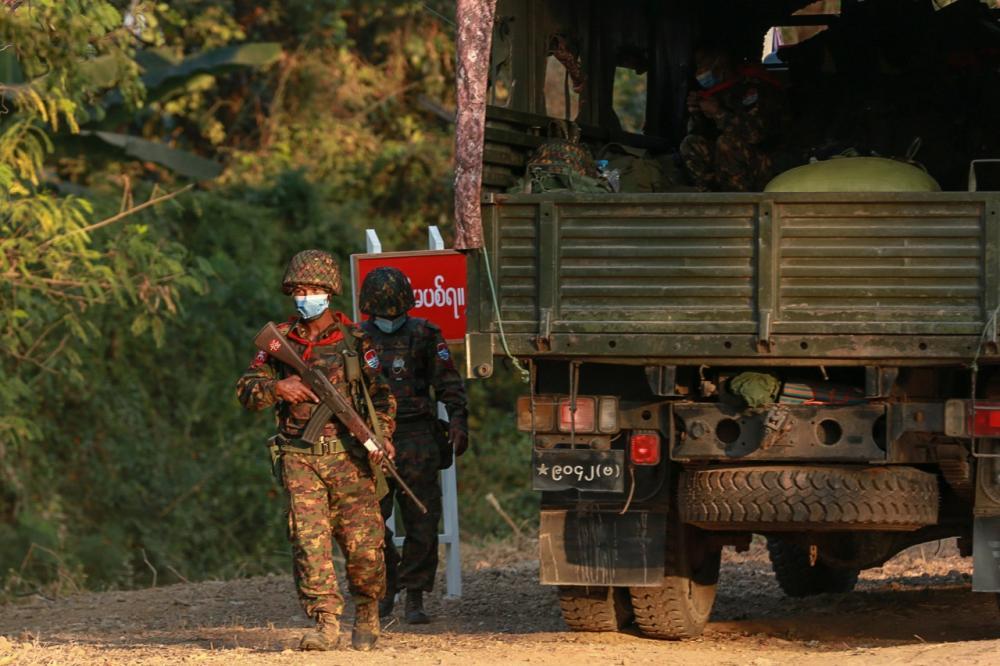 ทหารเมียนมาถือปืน ที่บริเวณใกล้อาคารรัฐสภา ในกรุงเนปิดอว์ หลังกองทัพก่อรัฐประหาร เมื่อ 1ก.พ. 64