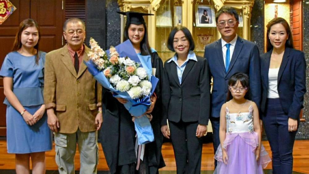 ปลื้มใจ  -  วิศาล เลาแก้วหนู-สายพิณ แซ่ก๊ก มอบช่อดอกไม้แสดงความยินดีให้ลูกสาว ชิดชนก เลาแก้วหนู ในโอกาสสำเร็จการศึกษาระดับปริญญาโท จาก University of Bath ประเทศอังกฤษ โดยมี บวร เลาแก้วหนู มาร่วมปลื้มด้วย ที่สยามไซโก้ เอ็นเตอร์ไพร์ซ์ บางนา วันก่อน.
