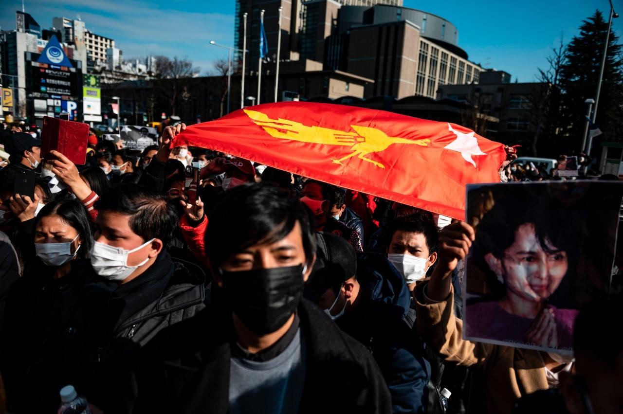 ชาวเมียนมาในญี่ปุ่นรวมตัวประท้วงกองทัพก่อรัฐประหารยึดอำนาจรัฐบาลที่มาจากการเลือกตั้ง และยังคุมตัวนางออง ซาน ซูจี