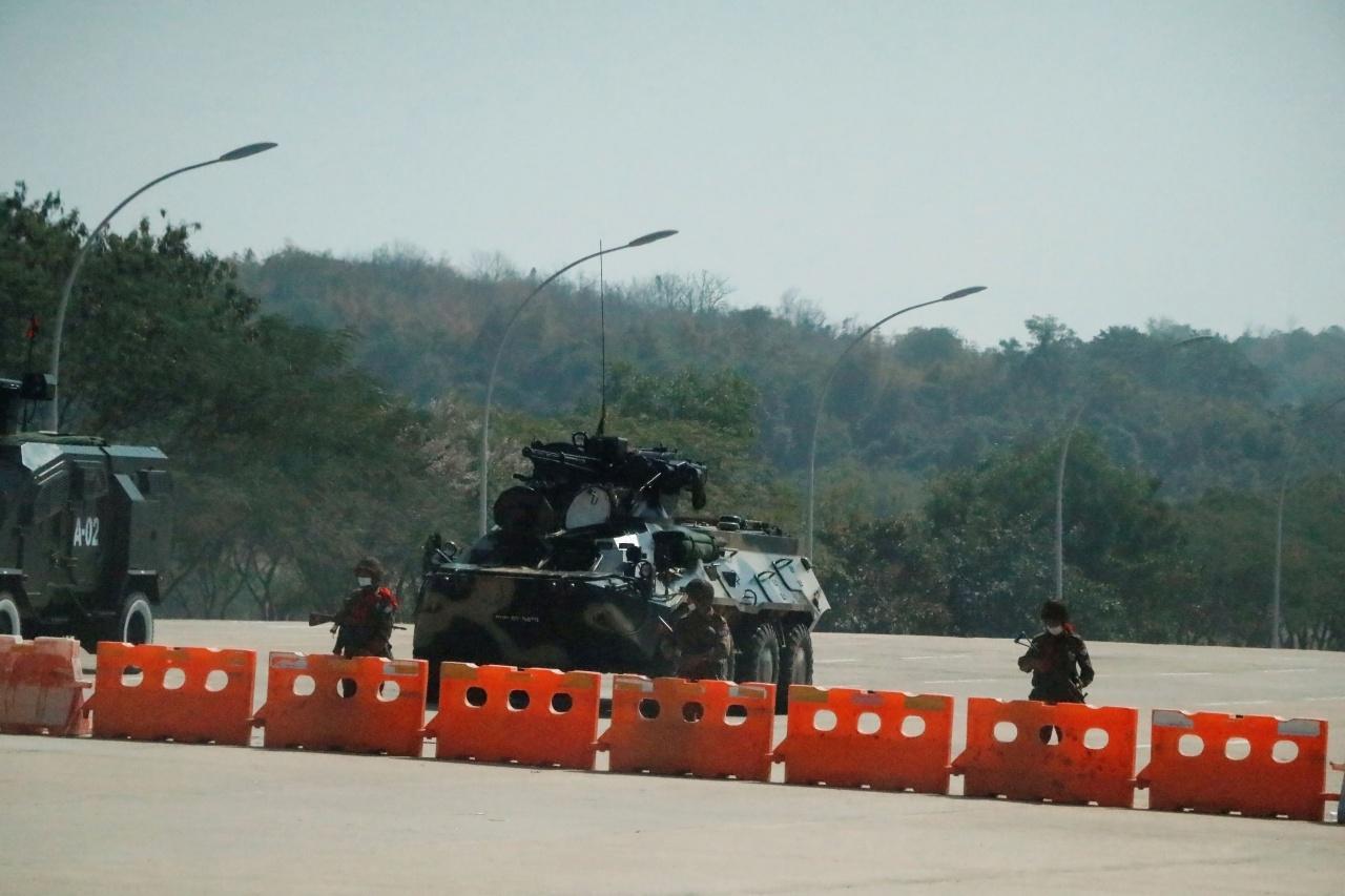 กองทัพส่งรถถังและทหารปิดกั้นถนนบริเวณด้านนอกอาคารรัฐสภา ในกรุงเนปิดอว์ ก่อรัฐประหารยึดอำนาจ