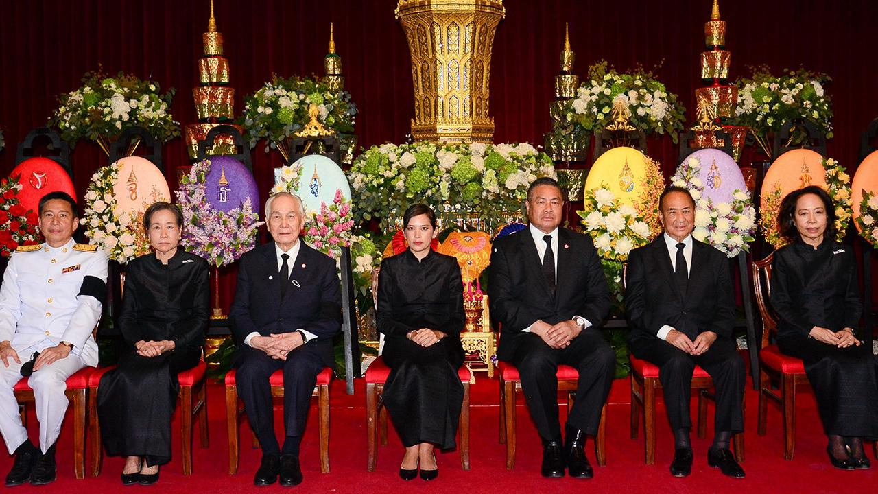 สู่สุคติ ท่านผู้หญิงสิริกิติยา เจนเซ่น, พลากร สุวรรณรัฐ, อานันท์ ปันยารชุน และ อาสา สารสิน มาร่วมในพิธีพระพิธีธรรมสวดพระอภิธรรมศพ พงส์ สารสิน อดีตรองนายกรัฐมนตรีบิดา พาสินี ลิ่มอติบูลย์, วัลลิยา ปังศรีวงศ์ และ พรวุฒิ สารสิน ที่วัดเบญจมบพิตร วันก่อน.