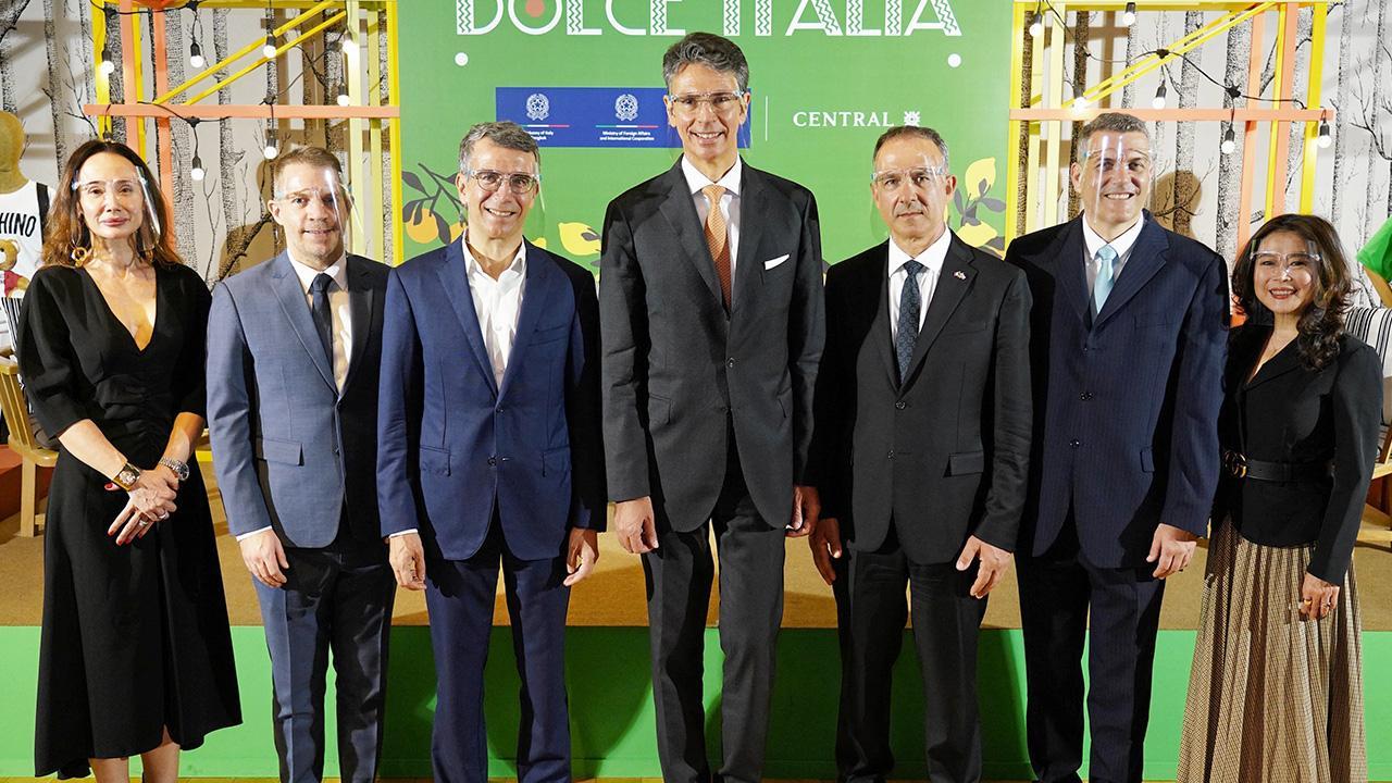 """แฟชั่นอิตาลี - ลอเรนโซ กาลานติ, จูเซปเป ลามัคเคีย และ นิโคโล กาลันเต้ จัด """"Dolce Italia"""" งานรวบรวมสินค้าแบรนด์แฟชั่นแบบเอ็กซ์คลูซีฟสุดฮอตส่งตรงจากอิตาลี จัดถึง 31 มี.ค. โดยมี โลร็องต์ โปซ และ นันทวัลย์ เหล่าสินชัย มาร่วมงานด้วย ที่ห้างเซ็นทรัล ชิดลม วันก่อน."""