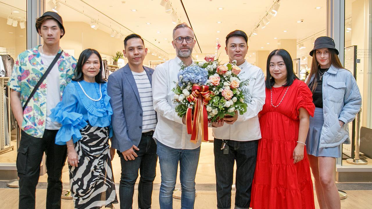 มีที่ชลบุรี เคนเนท ทึง เคน-มิง มอบช่อดอกไม้แสดงความยินดีให้ ฟิลิปป์ ลาซอว์ล ในโอกาสเปิดช็อป H&M แบรนด์แฟชั่นชื่อดัง สาขาที่ 33 โดยมี ไรอัน บอนดอก เออร์บาโน, นงลักษณ์ จิตต์เจนการ และ วรรณวิสา คำแฝง มาร่วมงานด้วย ที่เซ็นทรัลพลาซา ชลบุรี วันก่อน.