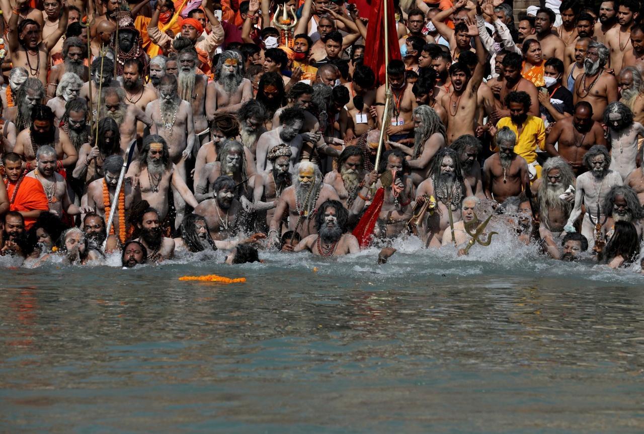 ชาวอินเดียจำนวนมากมาร่วมเทศกาลทางศาสนาที่เมือง หริทวาระ เมื่อ 14 เม.ย. 2564