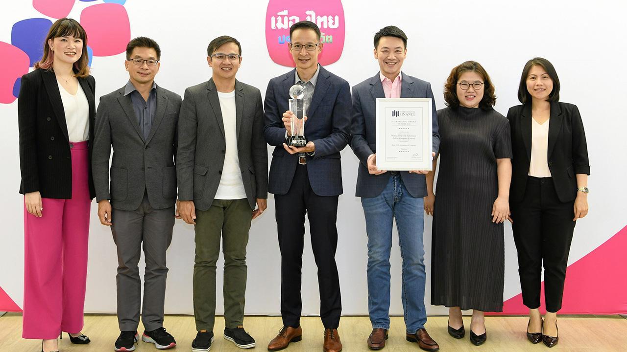 """ภูมิใจ - สาระ ล่ำซำ กก.ผจก.บ.เมืองไทยประกันชีวิต ได้รับรางวัล Best Life Insurance Com pany-Thailand 2020 ในงาน """"International Finance Awards 2020"""" โดยมี วชิรพล เขมนิพิฐพนธ์ และ นริศ อจละนันท์ มาร่วมปลื้มด้วย ที่เมืองไทยประกันชีวิต สนญ. วันก่อน."""