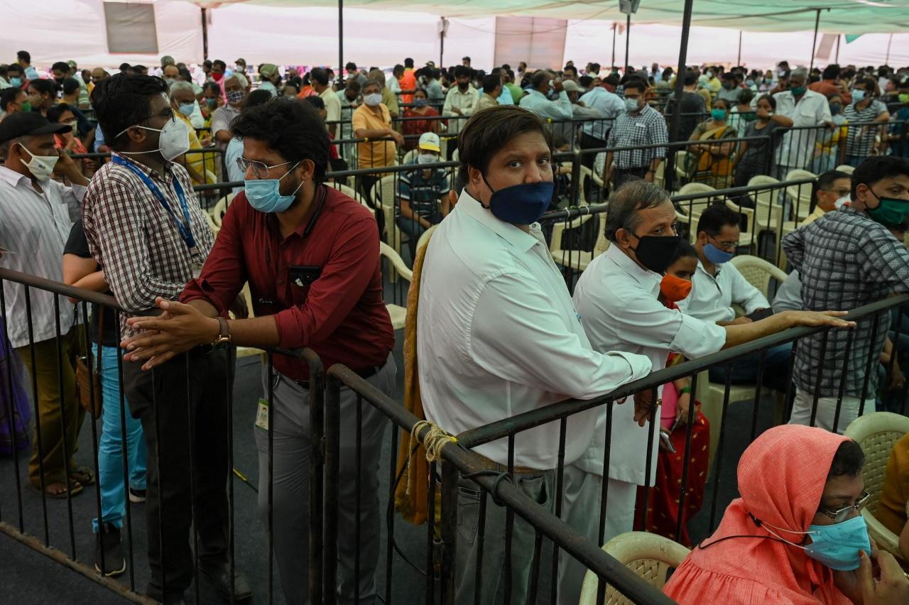 ชาวอินเดียจำนวนมหาศาล เข้าคิวรอรับวัคซีนที่นครมุมไบ
