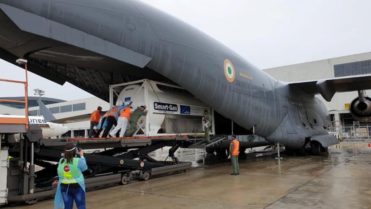 สิงคโปร์ขนถังออกซิเจนขึ้นเครื่องบินที่สนามบินชางงี เพื่อส่งไปกู้วิกฤติโควิด-19 ในอินเดีย เมื่อ 24 เม.ย. 2564