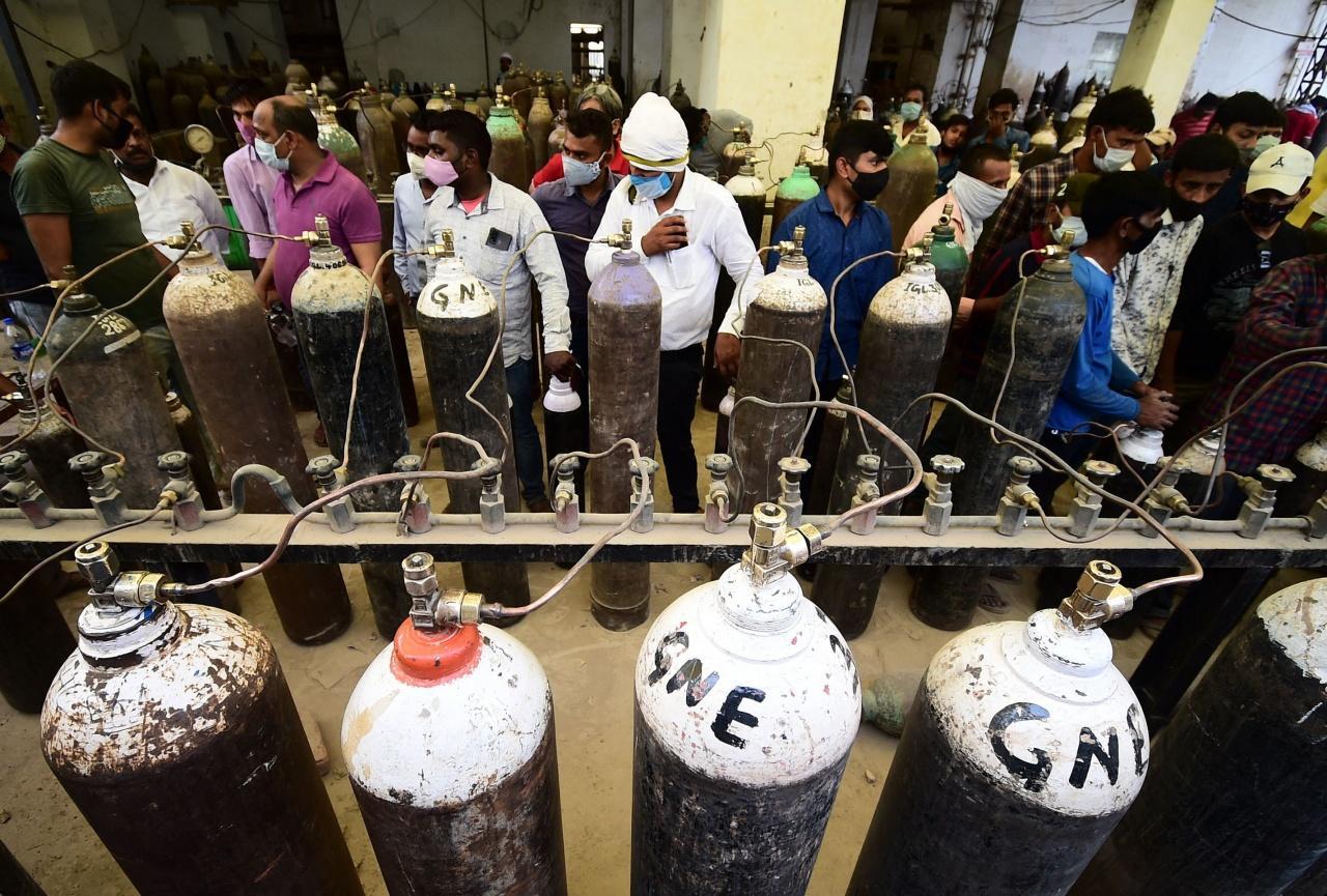 สถานการณ์โควิด-19 ที่เมืองอัลลาฮาบัด อินเดีย รุนแรงหนัก ถึงขนาดประชาชนเข้าคิวเติมออกซิเจนใส่ถังออกซิเจนสำหรับคนไข้โควิด-19 เพื่อนำไปใช้กับผู้ป่วย