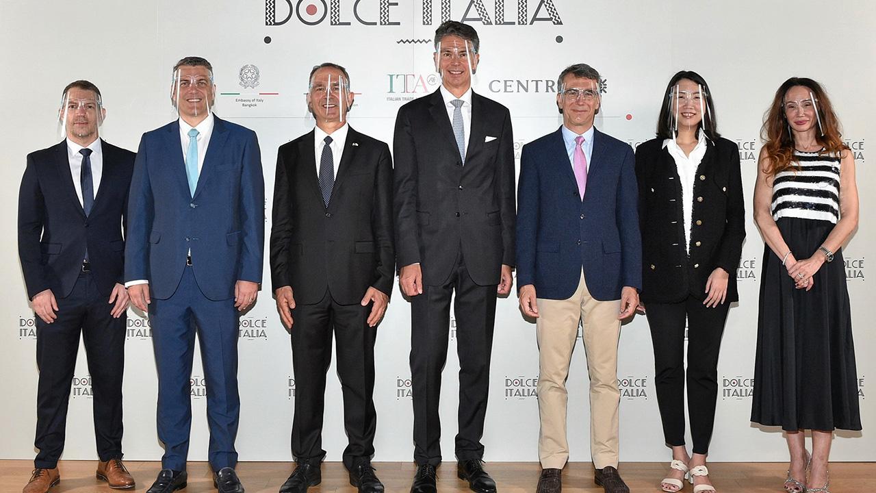 """อย่าพลาด - ลอเรนโซ กาลานติ, จูเซปเป ลามัคเคีย และ นิโคโล กาลันเต้ แถลงการณ์เตรียมจัด """"Dolce ltalia"""" งานแสดงสินค้าแบรนด์แฟชั่นตรงจากอิตาลี ในวันที่ 4-31 มี.ค. โดยมี โลร็องต์โปซ, ธาพิดา นรพัลลภ และ สเตฟาน จูเบิร์ท มาร่วมงานด้วย ที่ห้างเซ็นทรัลชิดลม วันก่อน."""