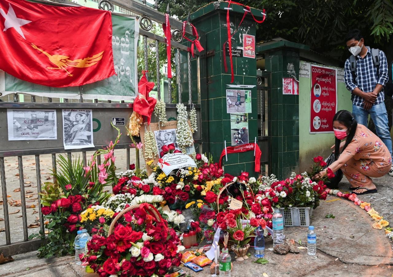 ชาวเมียนมานำดอกไม้ และดอกกุหลาบสีแดงมาวางไว้อาลัยแด่ผู้ชุมนุมต้านรัฐประหารซึ่งเสียชีวิตจากเหตุนองเลือดเมื่อ 28ก.พ.64