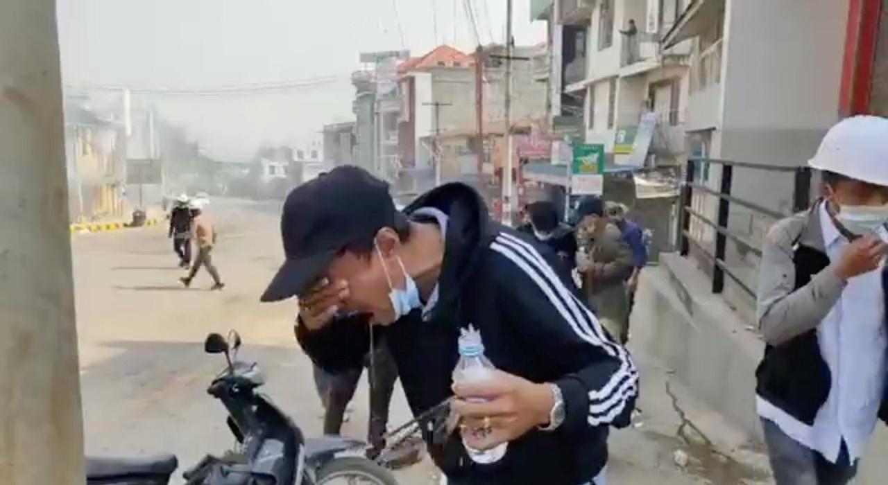 ผู้ชุมนุมใช้น้ำล้างตา หลังโดนตำรวจปราบจลาจลยิงแก๊สน้ำตาสลายม็อบที่เมืองล่าเสี้ยว รัฐฉาน เมื่อ  1 มี.ค.64