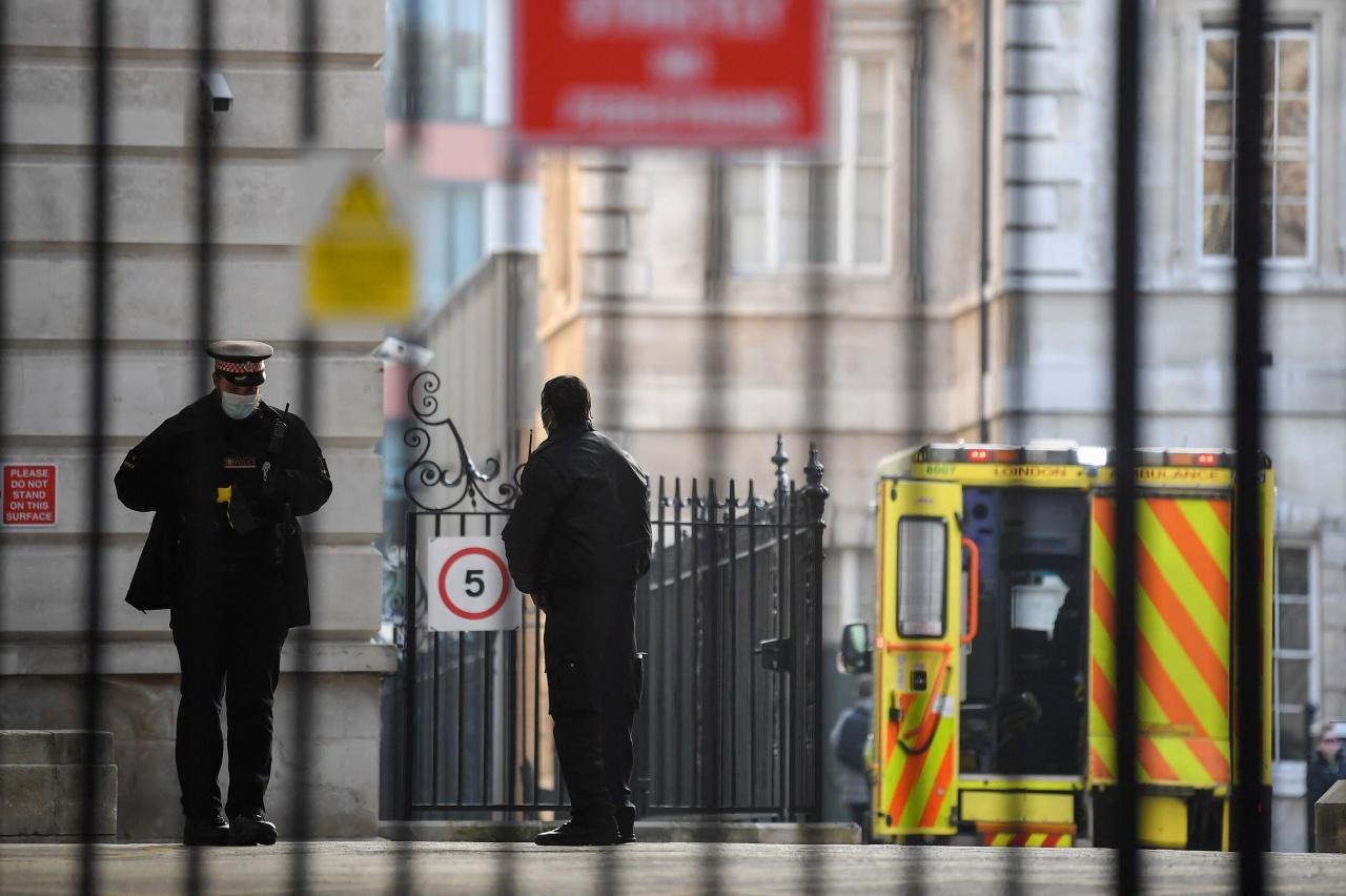 ตำรวจอังกฤษรักษาความปลอดภัยบริเวณด้านหน้า โรงพยาบาลเซนต์  บาร์โธโลมิวส์ในกรุงลอนดอน เมื่อ 2 มี.ค. 64 ขณะเจ้าชายฟิลิปประทับรักษาพระอาการประชวร