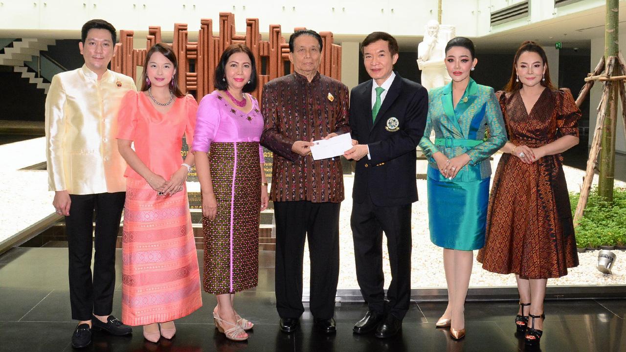เพื่อการศึกษา ม.ล.ปุญยนุช ดุลยจินดา ปธ.ชมรมเพลินไทย สมัยนิยม ควงสามี สุรัศมิ์ ดุลยจินดา มามอบเงินจำนวน 100,000 บาท ให้แก่ สราวุธ วัชรพล เพื่อสมทบทุนมูลนิธิไทยรัฐ โดยมี วสิตา เกษมโชคนิชกุล และ ปิยะวัฒน์ วัชรธนาพัฒน์ มาร่วมในพิธีด้วย ที่ สนง.นสพ.ไทยรัฐ วันก่อน.