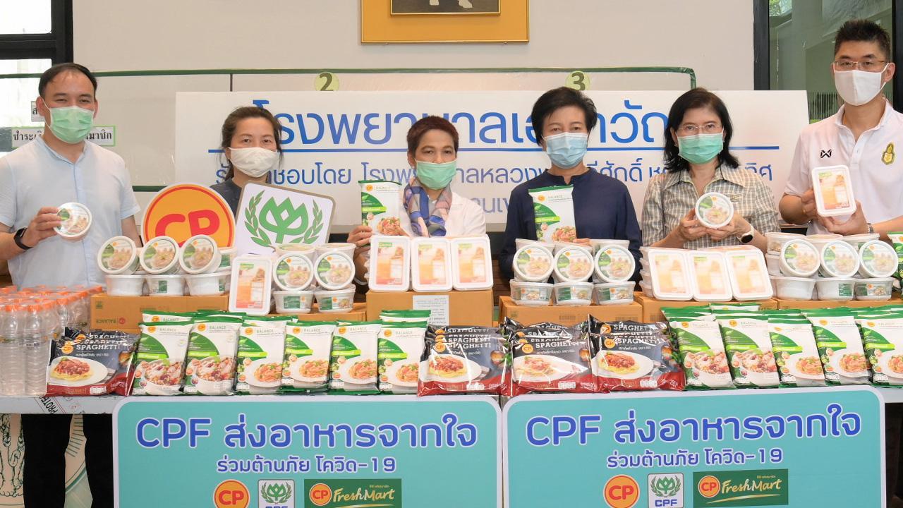 """จากซีพีเอฟ ศิลปสวย ระวีแสงสูรย์ ปลัดกรุงเทพมหานคร รับมอบอาหารปลอดภัยในโครงการ """"CPF ส่งอาหารจากใจ ร่วมต้านภัยโควิด–19"""" จาก พรรณินี นันทพานิช เป็นผู้แทนบริษัท เจริญโภคภัณฑ์อาหาร เพื่อ รพ.เอราวัณ ที่ศูนย์กีฬาเฉลิมพระเกียรติ 84 พรรษา บางบอน วันก่อน."""