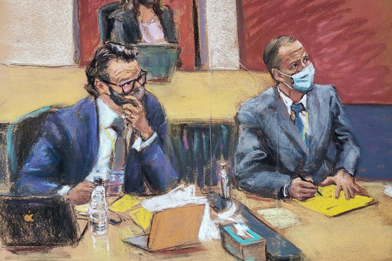 นายเดเร็ค เชาวิน (ขวา) และเอริค เนลสัน ทนายความของนายเชาวิน ที่ศาลเมืองมินนิแอโพลิส เมื่อ 1เม.ย.64
