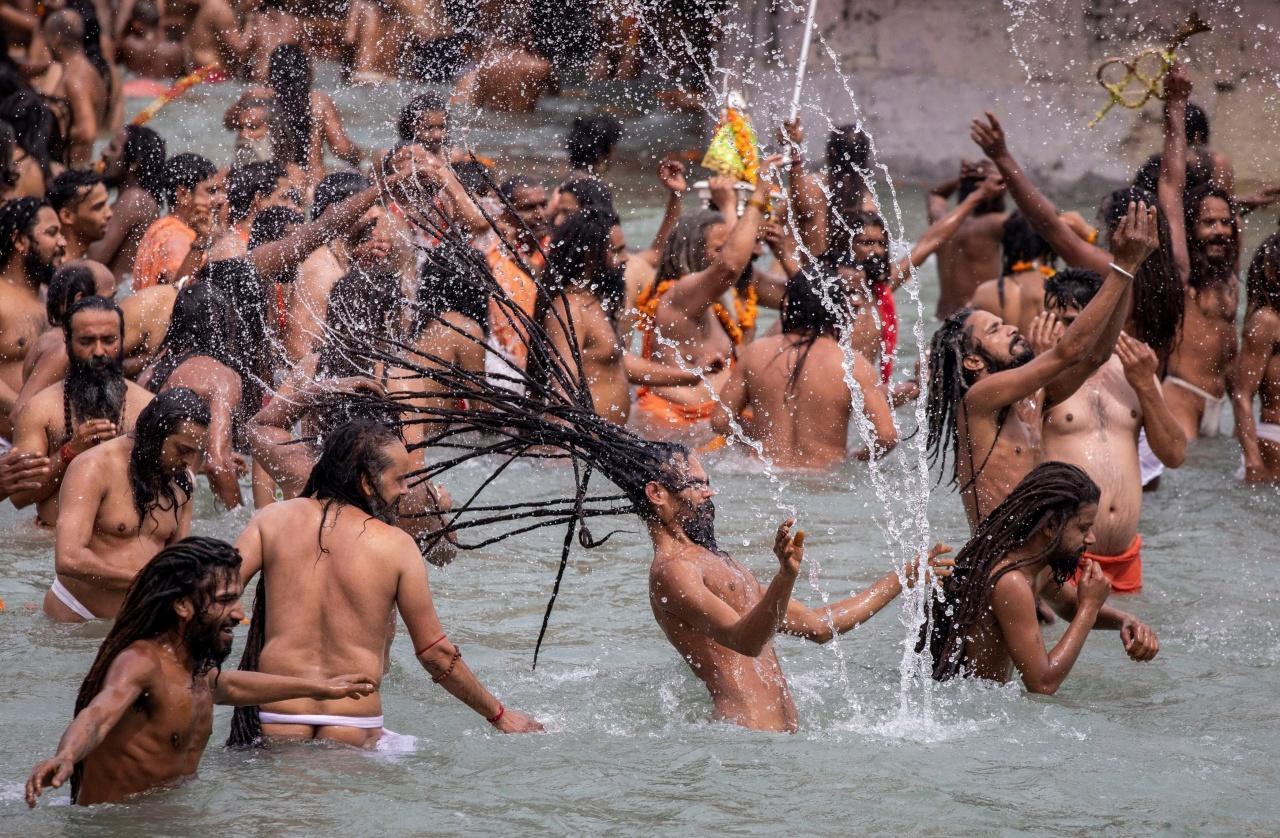 ชาวอินเดียจำนวนมากลงแช่น้ำในแม่น้ำคงคา ในเทศกาล คุมห์ เมลา (Kumbh Mela) ของชาวฮินดู เมื่อ 12 เม.ย. 2564