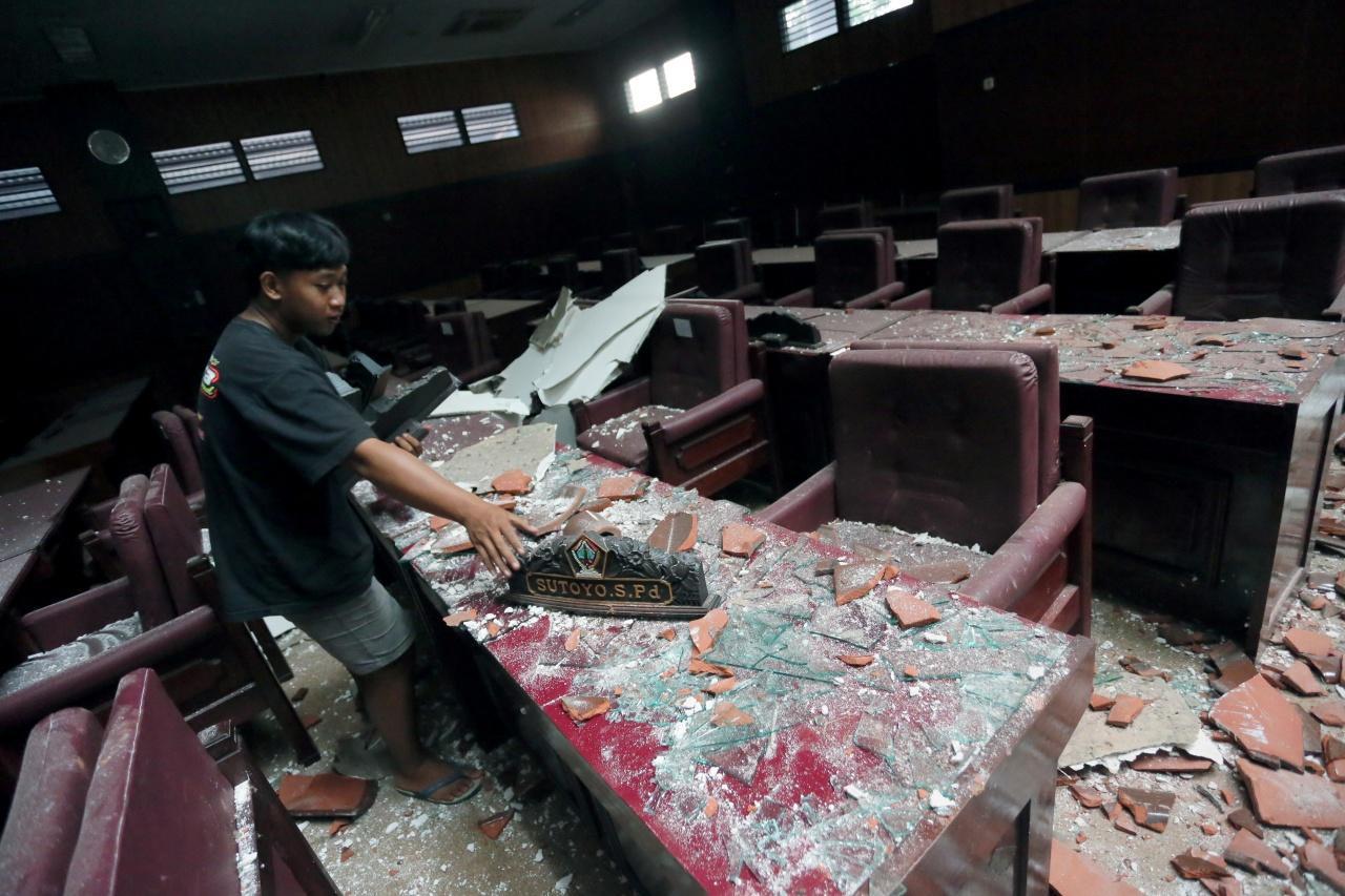 สภาพความเสียหายในเมืองบลิตาร์  จังหวัดชวาตะวันออก บนเกาะชวาของอินโดนีเซีย หลังเกิดแผ่นดินไหว รุนแรงขนาด 6.0