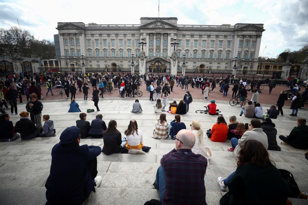ชาวอังกฤษมาชุมนุมแสดงความอาลัยต่อการสิ้นพระชนม์ของเจ้าชายฟิลิป ที่บริเวณด้านหน้าพระราชวังบักกิงแฮม ในกรุงลอนดอน