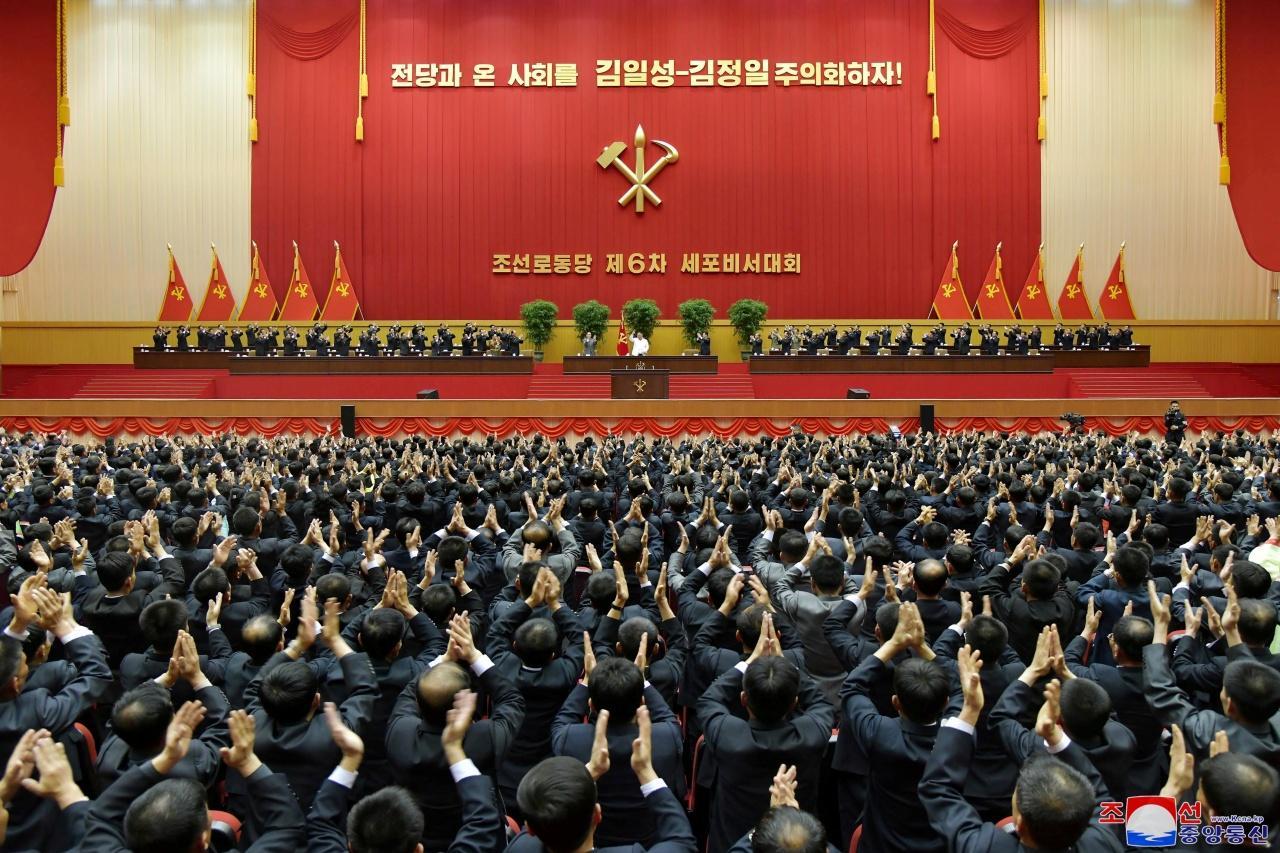 สมาชิกพรรคแรงงานปรบมือชื่นชมคิม จอง อึน ในระหว่างการกล่าวปิดการประชุมสมาชิกทั่วไปพรรคแรงงาน เมื่อ 9 เม.ย.64