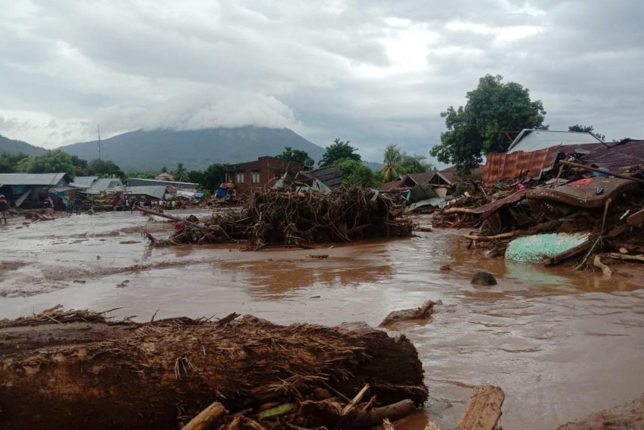 สภาพดินโคลนถล่ม ที่เมืองฟลอเรสตะวันออก จังหวัดนูซาเตงการาตะวันออก หลังประสบภัยพิบัติดินโคลนถล่ม จากอิทธิพลพายุฝนตกหนัก