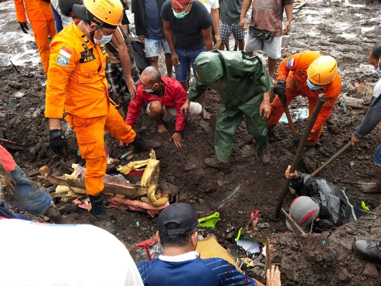 ทีมกู้ภัยอินโดนีเซีย ช่วยกันค้นหาผู้ประสบภัยที่เมืองฟลอเรสตะวันออก จังหวัดนูซาเตงการาตะวันออก หลังประสบภัยพิบัติดินโคลนถล่ม จากอิทธิพลพายุฝนตกหนัก