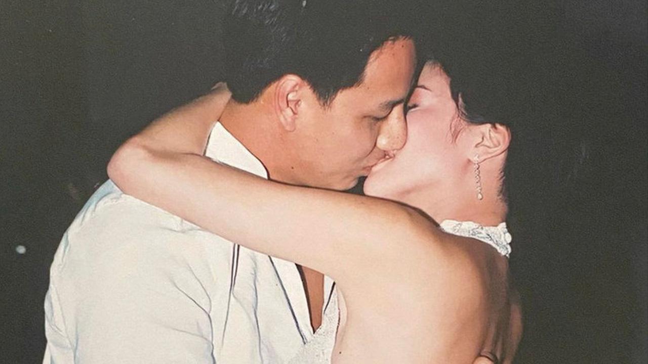 โอวววว! ฉลองครบรอบวันแต่งงาน 18 ปี เจี๊ยบ-โสภิตนภา ก็เลยขอโพสต์ภาพแบบ 18+ นิดนึง จูบกับสามี พี่เบียร์ แบบดูดดื่ม...ซีนนี้ผู้กำกับไม่ต้องยุ่ง เพราะผู้จัดฯขอแสดงเอง อิ๊ๆ.