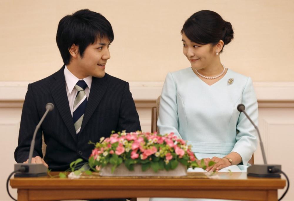 เจ้าหญิงมาโกะ และนายเคอิ โคมุโระ สบตาและยิ้มให้กัน ระหว่างแถลงข่าวประกาศการหมั้น  ที่พระตำหนักอากาซากะ ในกรุงโตเกียว เมื่อ  3 ก.ย. 2560