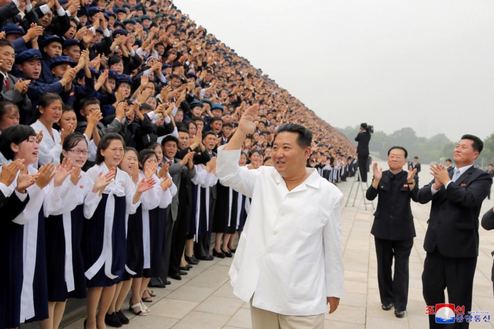 คิม จอง อึน โบกมือทักทายนักเรียนขณะมางานวันเยาวชนแห่งชาติ เมื่อ 31 สิงหาคม 2564