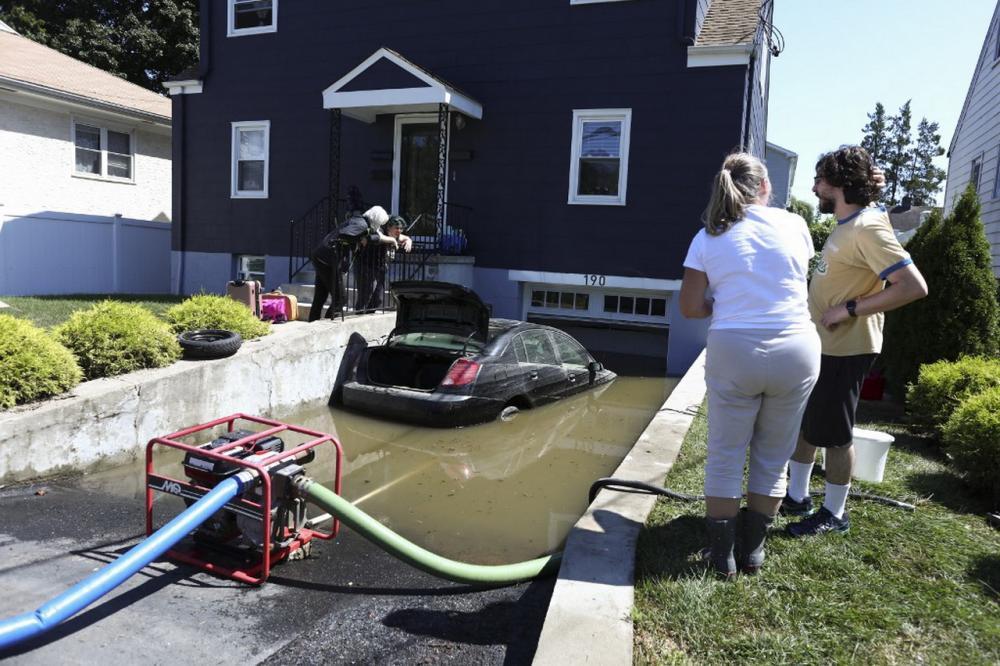 น้ำท่วมโรงจอดรถของบ้านหลังหนึ่งในรัฐนิวยอร์ก