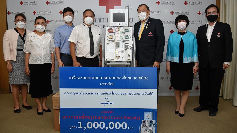 อุปกรณ์แพทย์ กฤษณ์ โรจนเสนา ประธานบริษัท เอ็ม.อี.นิคคิโซ มอบเครื่องช่วยทดแทนการทำงานของไตชนิดต่อเนื่อง จำนวน 1 เครื่อง มูลค่า 1,000,000 บาท ให้โรงพยาบาลจุฬาลงกรณ์ เพื่อใช้ดูแลรักษาผู้ป่วย โดยมี ขรรค์ ประจวบเหมาะ เป็นผู้รับมอบ ที่สภากาชาดไทย วันก่อน.