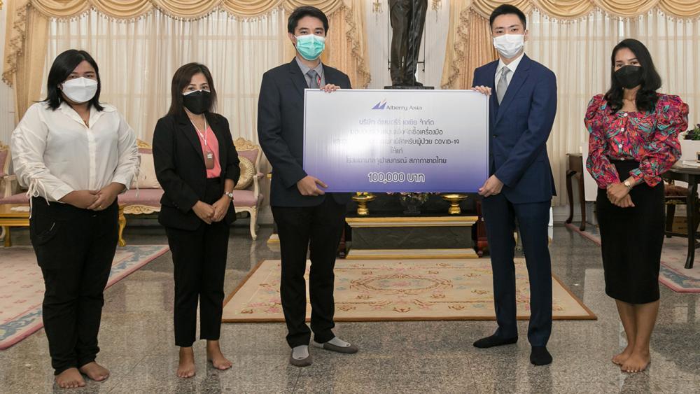 ช่วยผู้ป่วย ยูกิ ทานิโมโตะ ผจก.ทั่วไป บริษัทอัลเบอร์รี่ เอเซีย มอบเงินจำนวน 100,000 บาท ให้ ผศ.นพ.ปิยะพันธ์ พฤกษพานิช เพื่อสมทบทุนจัดซื้อเครื่องมือและอุปกรณ์การแพทย์สำหรับดูแลรักษาผู้ป่วยติดเชื้อโควิด โดยมี กัลยารัตน์ คูคีรีเขต มาร่วมมอบด้วย ที่ศาลาทินทัต วันก่อน.